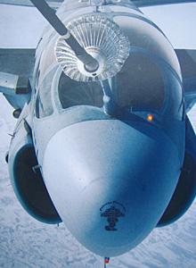 """一架美国海军EA-6B""""徘徊者""""电子攻击机正在接受KC-10加油机空中加油"""