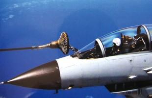 空军某部歼-10战机在南海空域实施空中加油训练