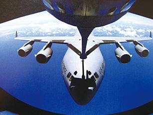 美国采用硬管式加油给大型飞机空中加油