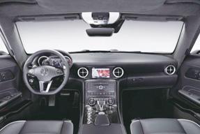 为了能够让内饰与犀利的外形相得益彰,设计师在设计奔驰SLS AMG的内饰时同样参考了战斗机的一些元素。最明显的就是中控台上的镀锌空调出风